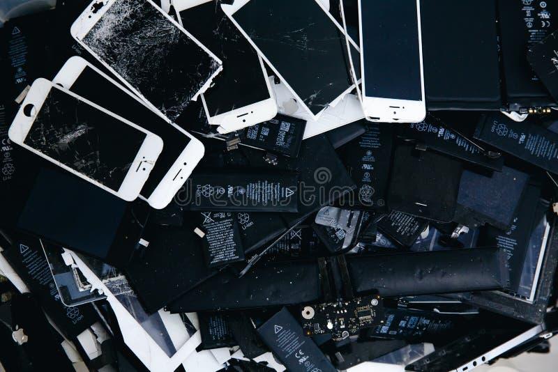 Batteries de téléphone portable, comprimés, iPhone cassé d'affichage à cristaux liquides d'écrans images libres de droits