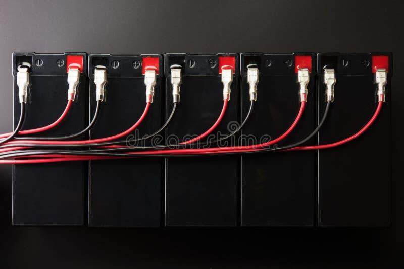 Batteries rechargeables, et fils électriques Batterie industrielle photographie stock libre de droits