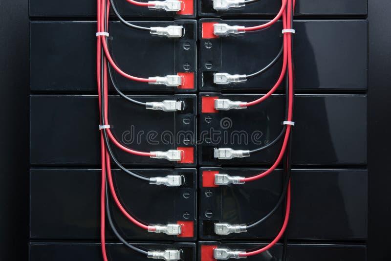 Batteries rechargeables, et fils électriques Batterie industrielle photo stock