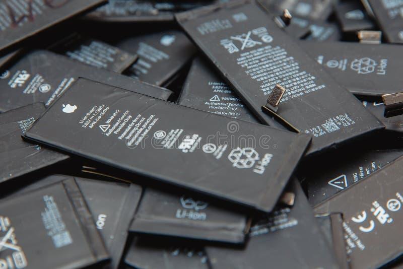 Batteries utilisées d'iPhone de téléphones portables images libres de droits
