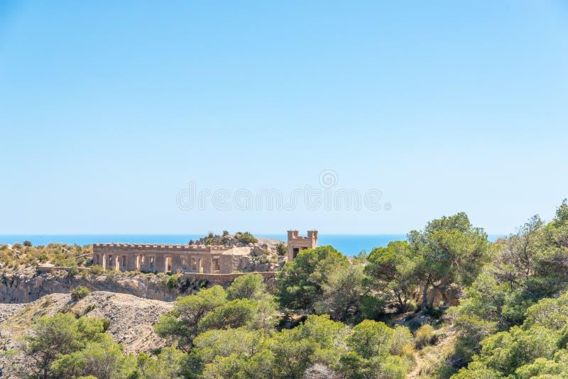 BATTERIJ CASTILLITOS, SPANJE - 13 APRIL, 2019 verliet militaire die bouw in de heuvels dichtbij de baai van Cartagena wordt geves stock fotografie
