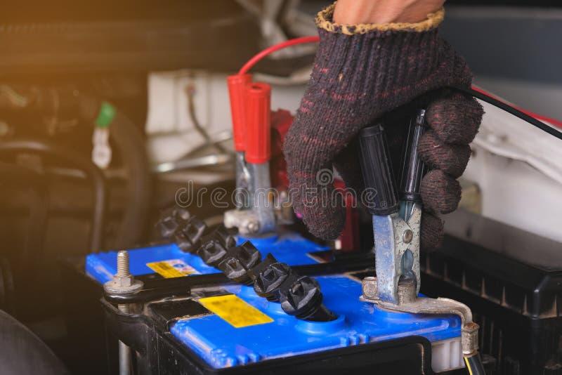 Batterij het laden kabels die macht, Mens overbrengen die aan de auto Mechanische dienst roepen royalty-vrije stock foto