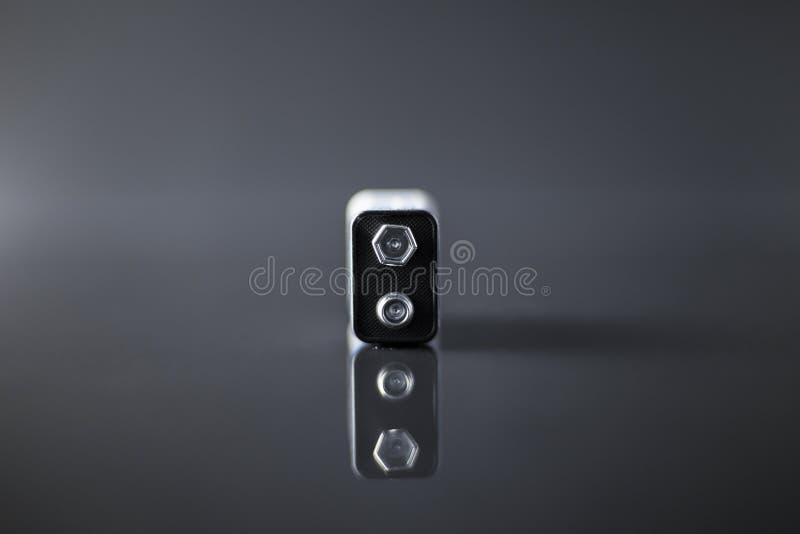 Batterij op een zwarte achtergrond met bezinning over glas royalty-vrije stock afbeelding