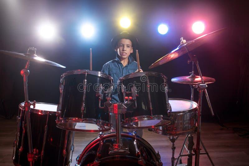 Batterista che gioca i tamburi con fumo fotografia stock