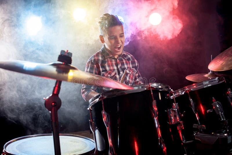 Batterista che gioca i tamburi con fumo fotografia stock libera da diritti