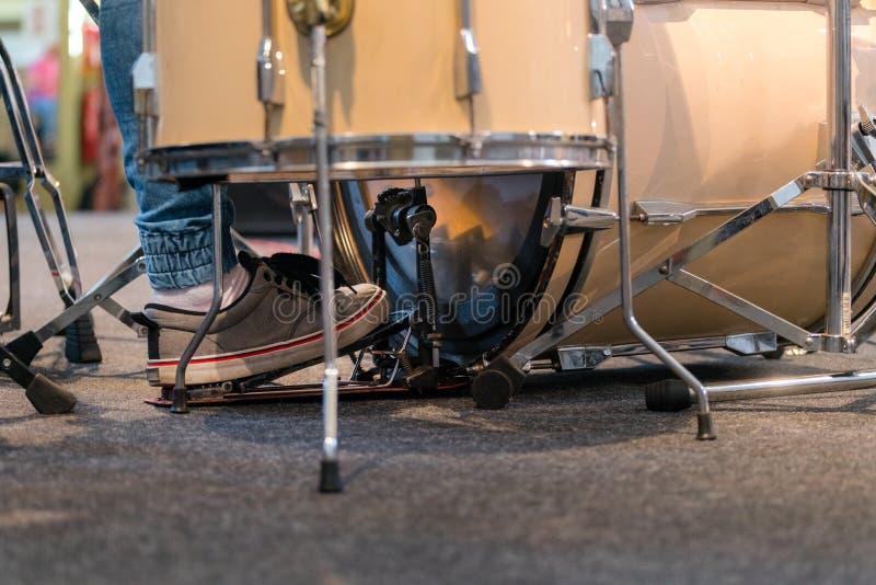Batterista che gioca l'insieme del tamburo Banda e musicista di musica in scena, fotografia stock