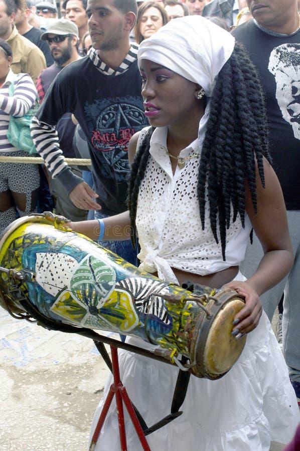 Batterista della femmina del Afro-cubano fotografia stock