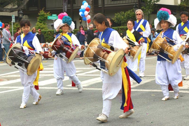Batteristi coreani in vestito tradizionale variopinto immagine stock libera da diritti