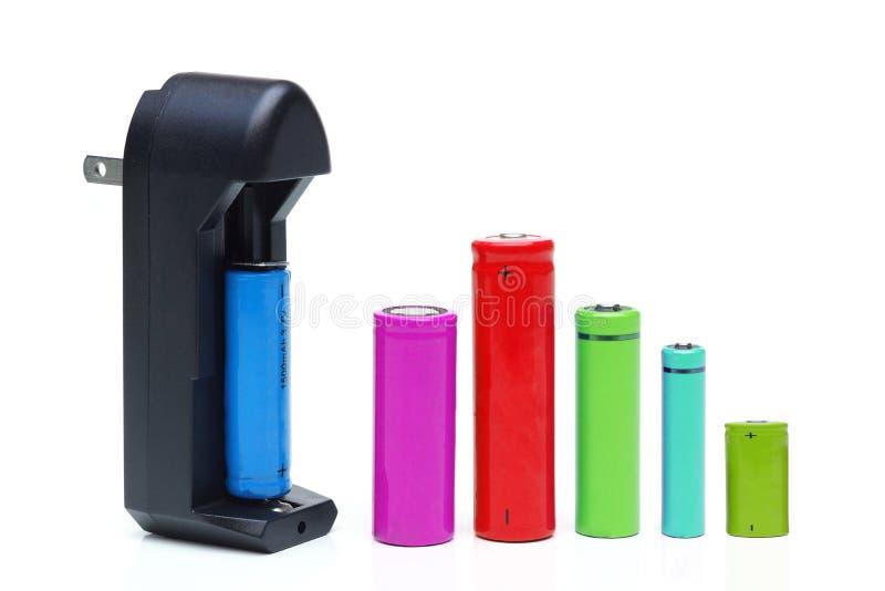 Batteriuppladdare med uppladdningsbara batterier royaltyfri foto