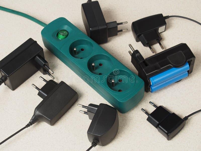 Batteriuppladdare och förlängningskabel arkivfoton