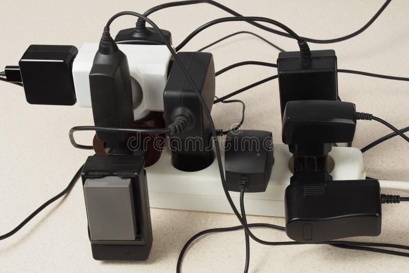Batteriuppladdare och förlängningskabel fotografering för bildbyråer