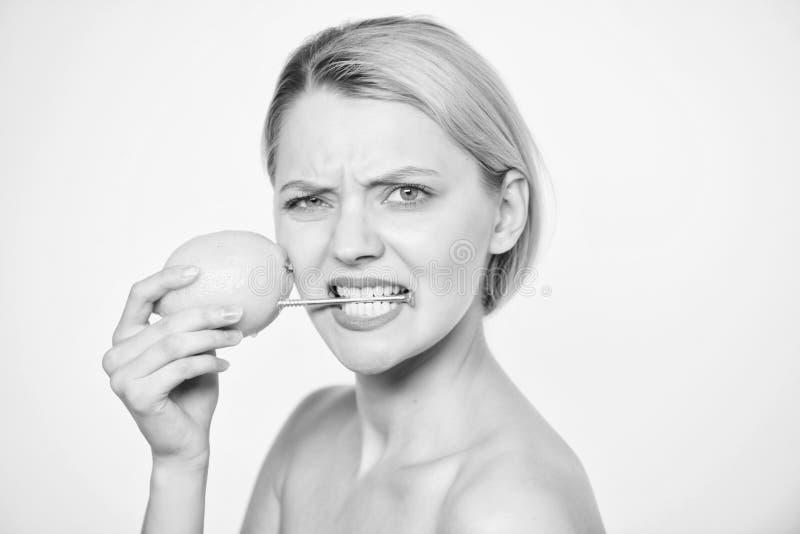 Batterivetenskapsprojekt kvinna med grovt sulstift p? citronen Vitaminet bantar mat Skincare energi och positivt lynne Flicka med royaltyfri bild