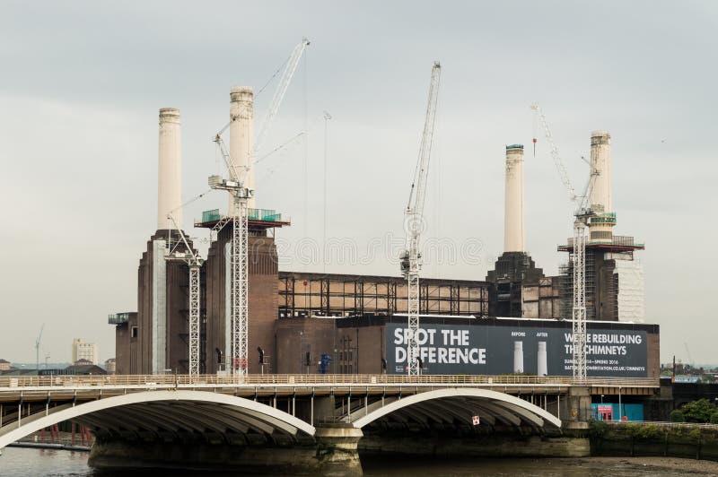 Battersea-Kraftwerk mit Kaminwiederherstellungs-Arbeitszeichen stockfoto