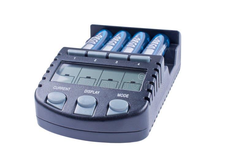 Batterys cobrando do carregador isolados fotos de stock