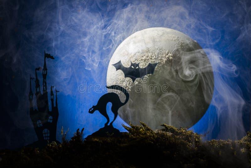 Battes dans la perspective de la lune, Halloween image stock