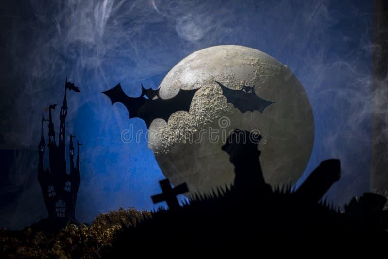 Battes dans la perspective de la lune, Halloween photos libres de droits