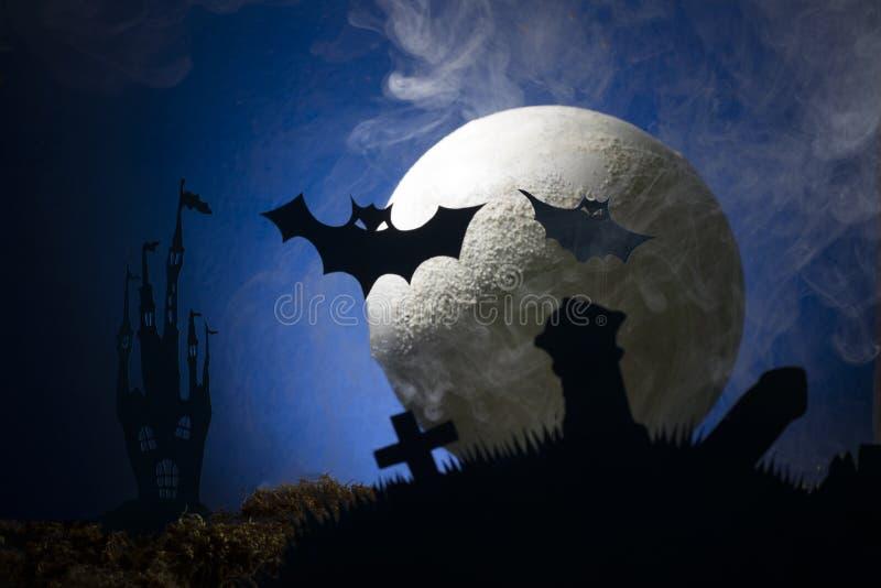 Battes dans la perspective de la lune, Halloween photos stock