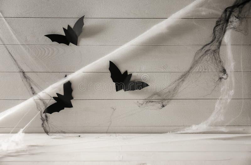 Battes de papier avec le Web comme décor pour la partie de Halloween sur le fond blanc en bois photos libres de droits