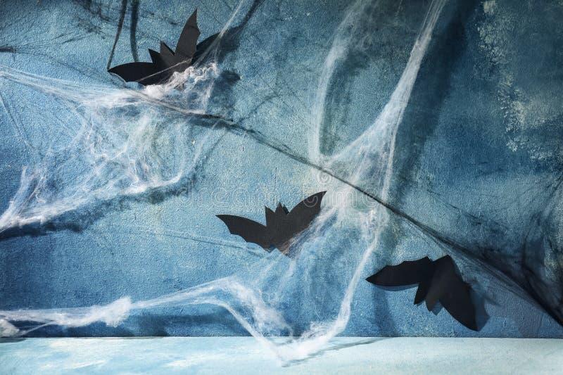 Battes de papier avec le Web comme décor pour la partie de Halloween sur le mur gris image libre de droits