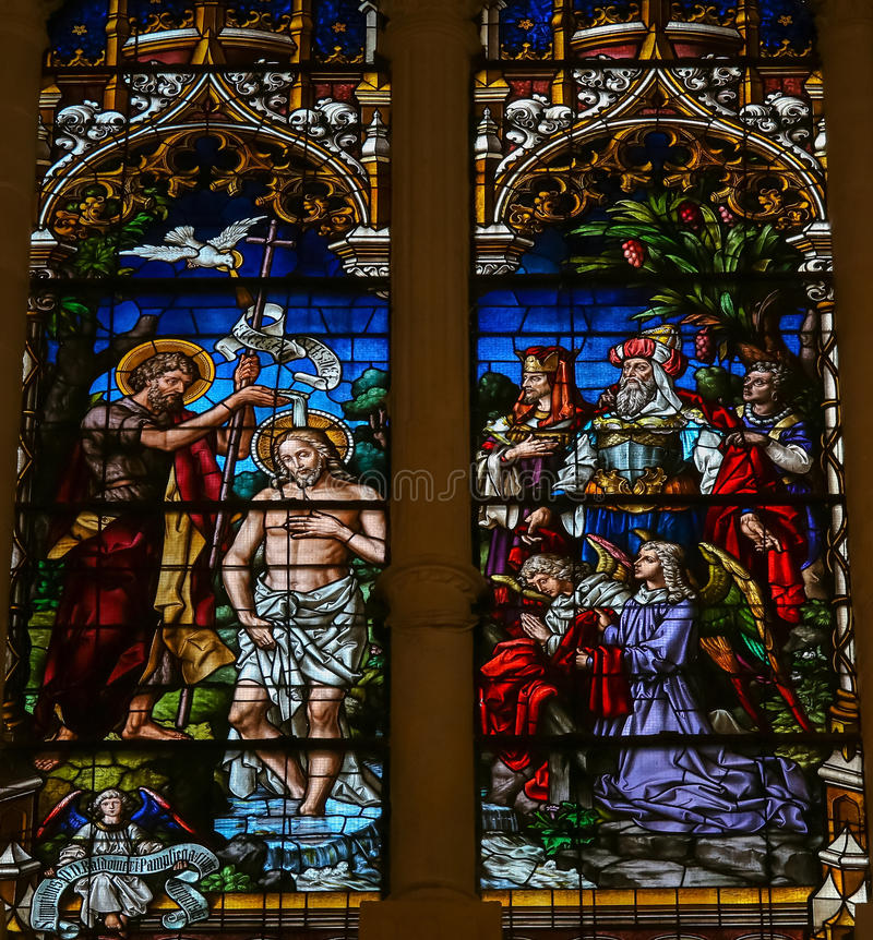 Battesimo di Gesù da St John - vetro macchiato a Burgos Cathedr fotografie stock