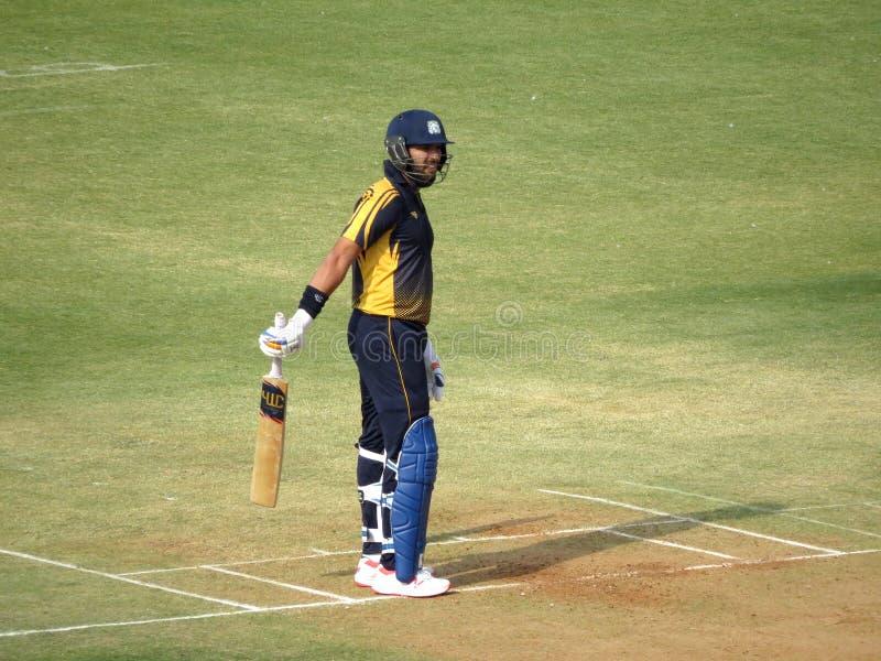 Batteur de cricket avec la batte photographie stock