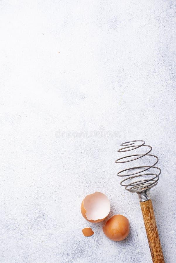 Batteur et coquilles d'oeuf en bois de cru photos stock