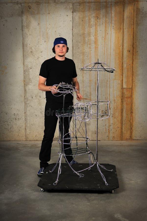 Batteur jouant sur des tambours de fil images libres de droits