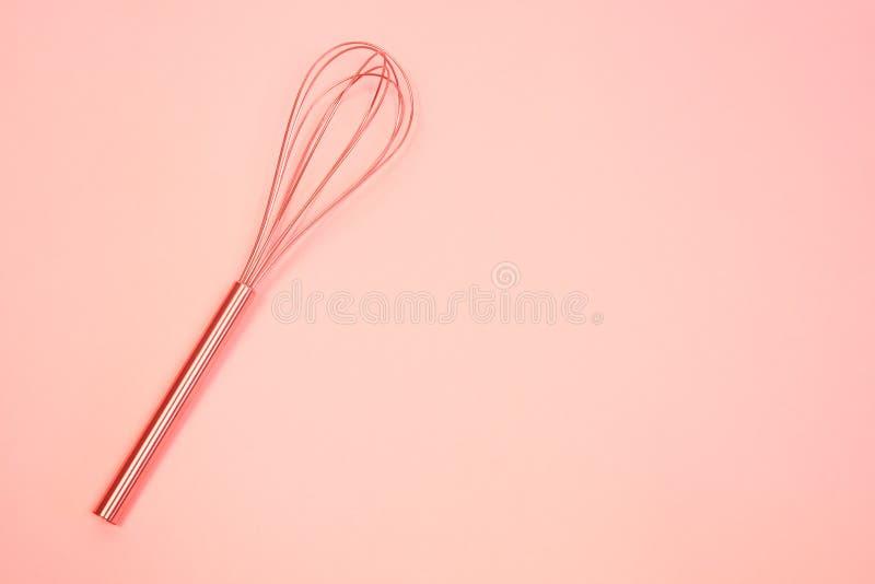 Batteur sur le fond en pastel rose Vue supérieure, minimalisme corail vivant modifié la tonalité image libre de droits