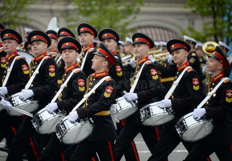Batteurs de l'école musicale militaire de Moscou pendant la répétition générale du défilé sur la place rouge en l'honneur de Vict photo libre de droits