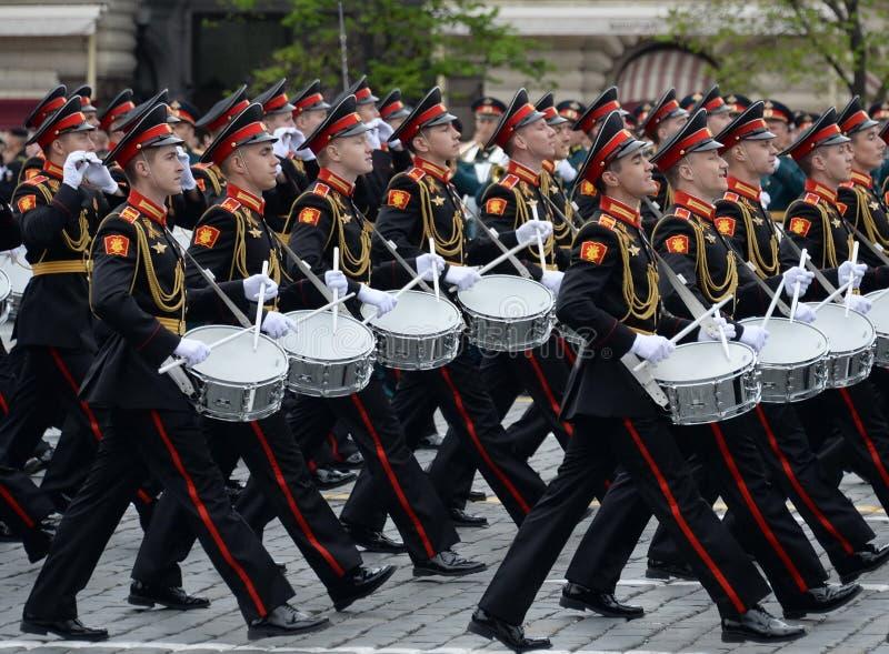 Batteurs de l'école musicale militaire de Moscou pendant la répétition générale du défilé sur la place rouge en l'honneur de Vict photographie stock libre de droits