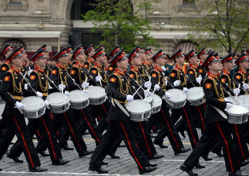 Batteurs de l'école musicale militaire de Moscou pendant la répétition générale du défilé sur la place rouge en l'honneur de Vict photos libres de droits