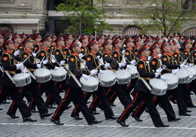 Batteurs de l'école musicale militaire de Moscou pendant la répétition générale du défilé sur la place rouge en l'honneur de Vict photo stock
