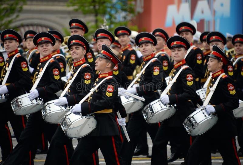 Batteurs de l'école musicale militaire de Moscou pendant la répétition générale du défilé sur la place rouge en l'honneur de Vict images stock