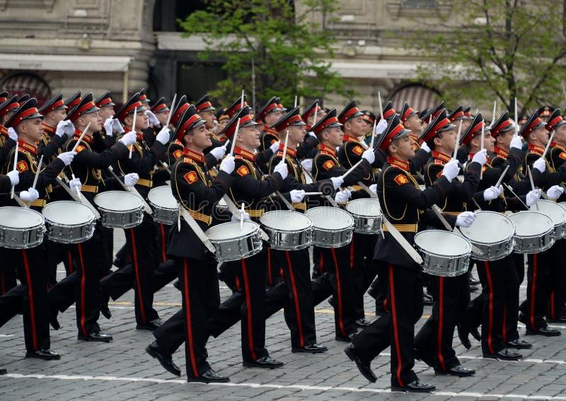 Batteurs de l'école musicale militaire de Moscou pendant la répétition générale du défilé sur la place rouge en l'honneur de Vict images libres de droits