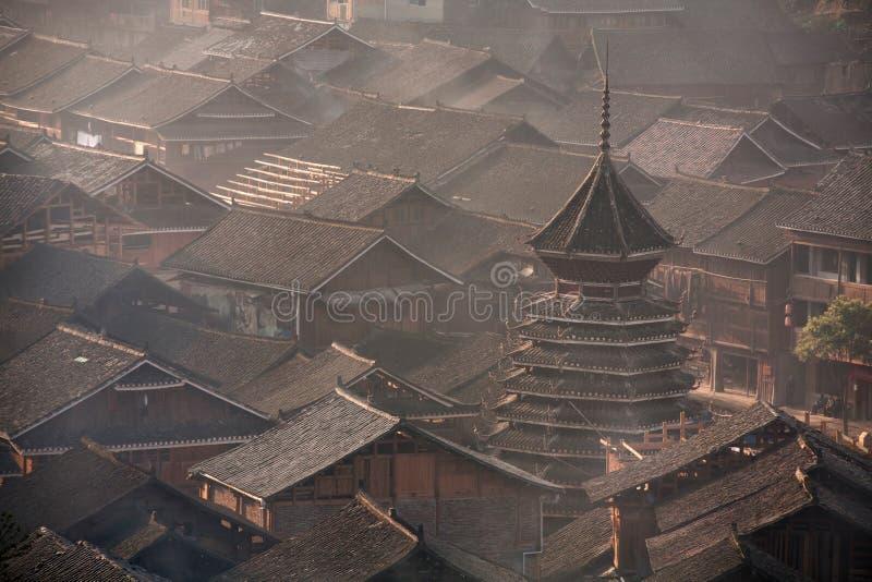 Battez du tambour de la tour dans le village de la minorité ethnique de Dong, sud-ouest Chine photo stock