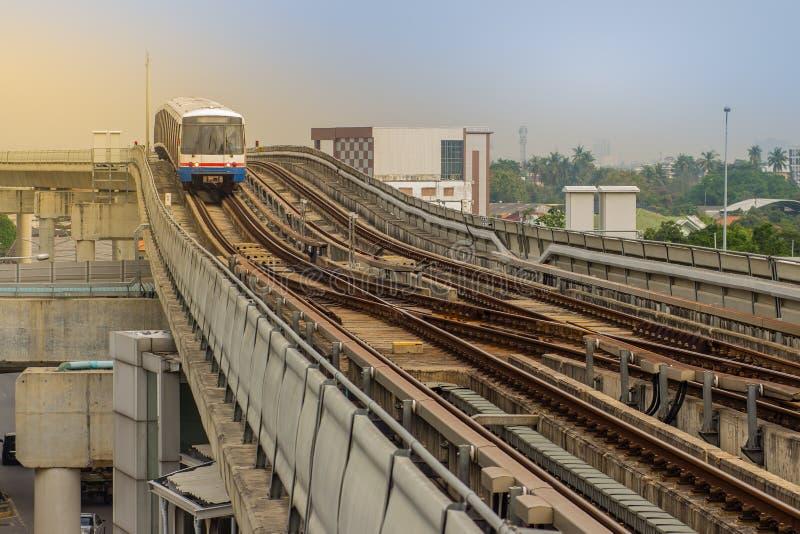 Batti la stazione di Wa BTS, una stazione dello skytrain di BTS, sulla linea di Silom in Phasi Charoen, Bangkok, Tailandia La sta fotografia stock