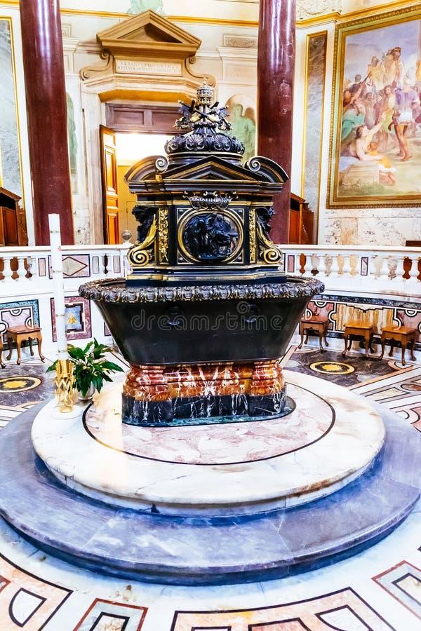 Battistero di Lateran vicino a Archbasilica della st John Lateran a Roma, Italia fotografie stock libere da diritti