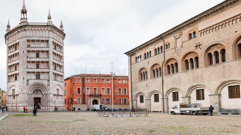 Battistero e vescovo Palace su Piazza del Duomo fotografia stock
