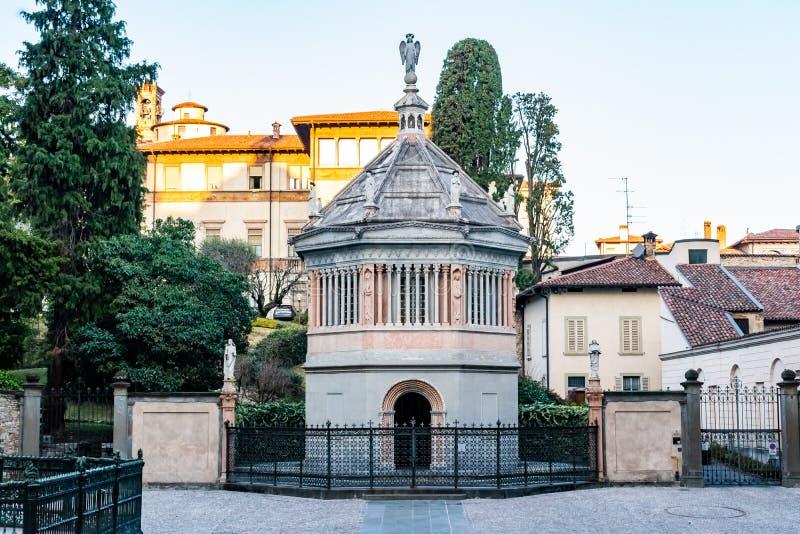 Battistero mit Vorzugstatuen an der Marktplatz-Feldgeistlichen Reginaldo Giuliani in altem Stadtkathedrale Baptistery, Citta Alta stockbild