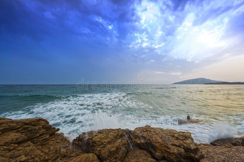 Battiti del mare di mare agitato sulle rocce fotografie stock