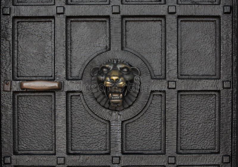 Battitore di porta impressionante su una porta antica massiccia del ferro fotografia stock libera da diritti