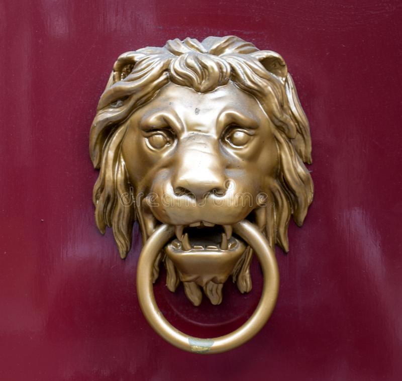 Battitore di porta sotto forma di un leone dorato fotografia stock