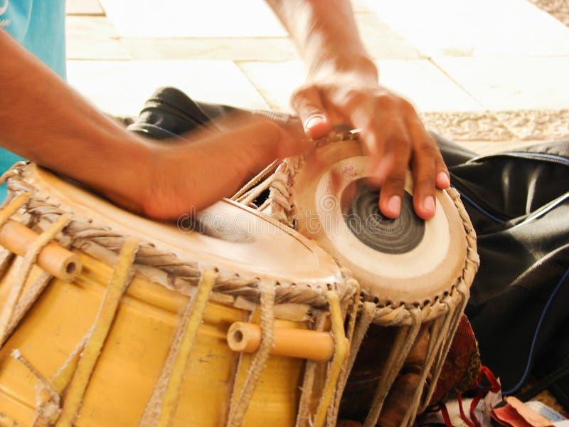battitore di tamburo che batte il tamburo immagini stock libere da diritti