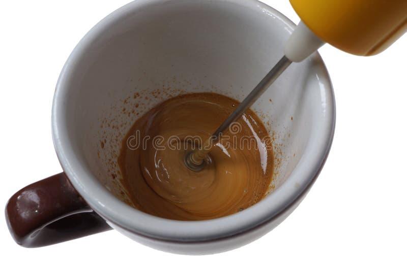 Battitore elettrico per caffè istantaneo e la tazza isolati su bianco fotografia stock libera da diritti