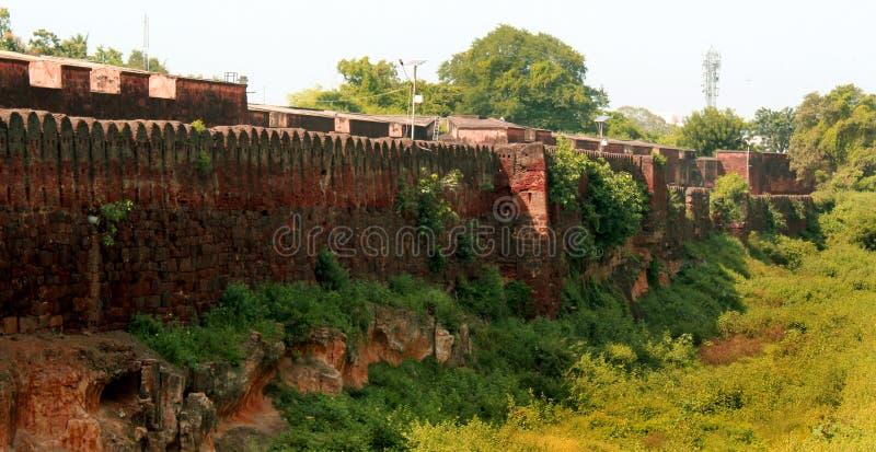 Battlement z wysuszonym okopem antyczna Brihadisvara świątynia w Thanjavur, ind fotografia stock