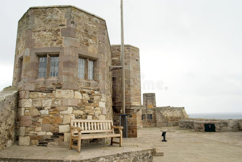 Battlements do castelo de Lindisfarne imagem de stock