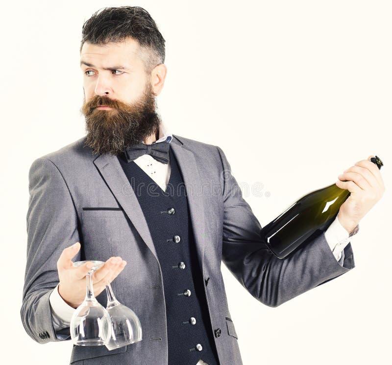 Battler trzyma wino butelkę odizolowywająca na białym backgroun obrazy stock