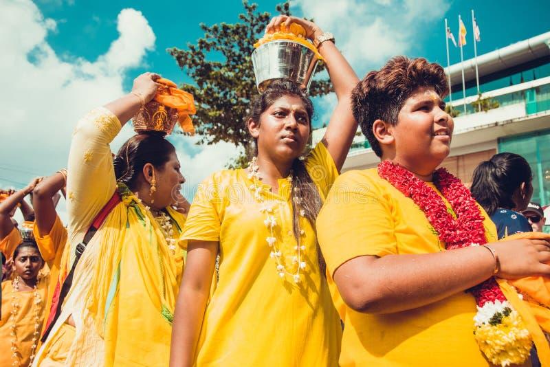 BATU-GROTTOR, SELANGOR, MALAYSIA - 31 JANUARI 2018 firar hinduiska fantaster den Thaipusam festivalen med processionen och offeri royaltyfri foto