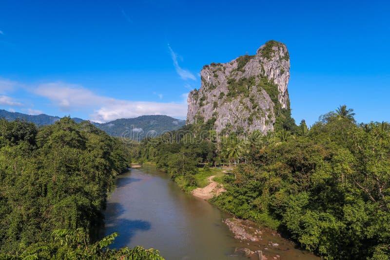 Batu Melintang - выход скалы на поверхность вдоль восточного западного (Gerik Jeli) шоссе стоковая фотография