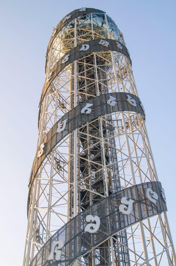 BATUMI ADJARA, GEORGIA - Augusti 8 2016: Alfabetiska spiralmusikband för torn två stiger längs tornet som rymmer 33 bokstäver av  fotografering för bildbyråer